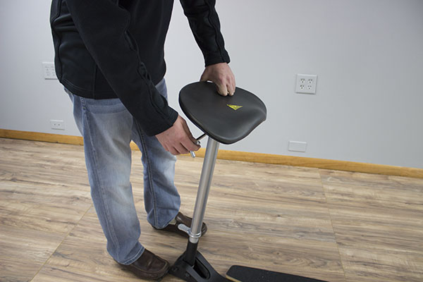Adjusting the tilt angle of the seat pad