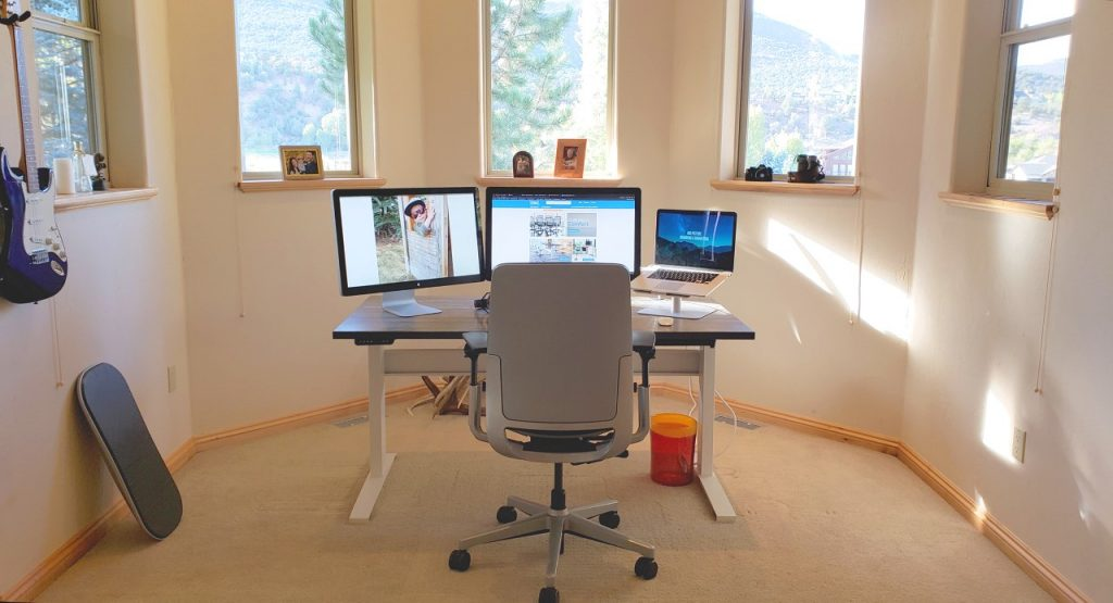"""30"""" x 60"""" Reclamation Maple Laminate Top with White VertDesk Standing Desk Frame"""