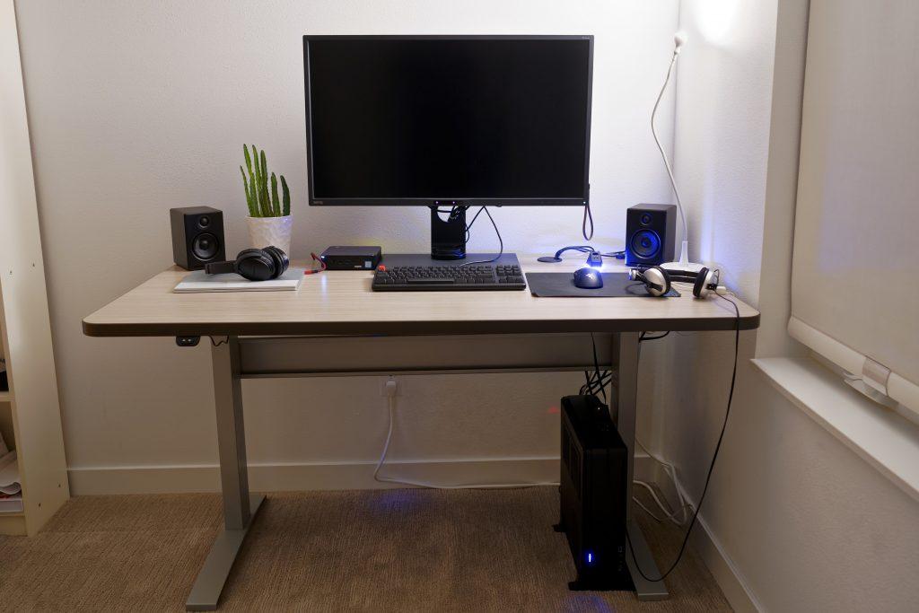 "28"" x 56"" Concrete Groovz Radius Corner Laminate Top with Silver VertDesk Standing Desk Frame"