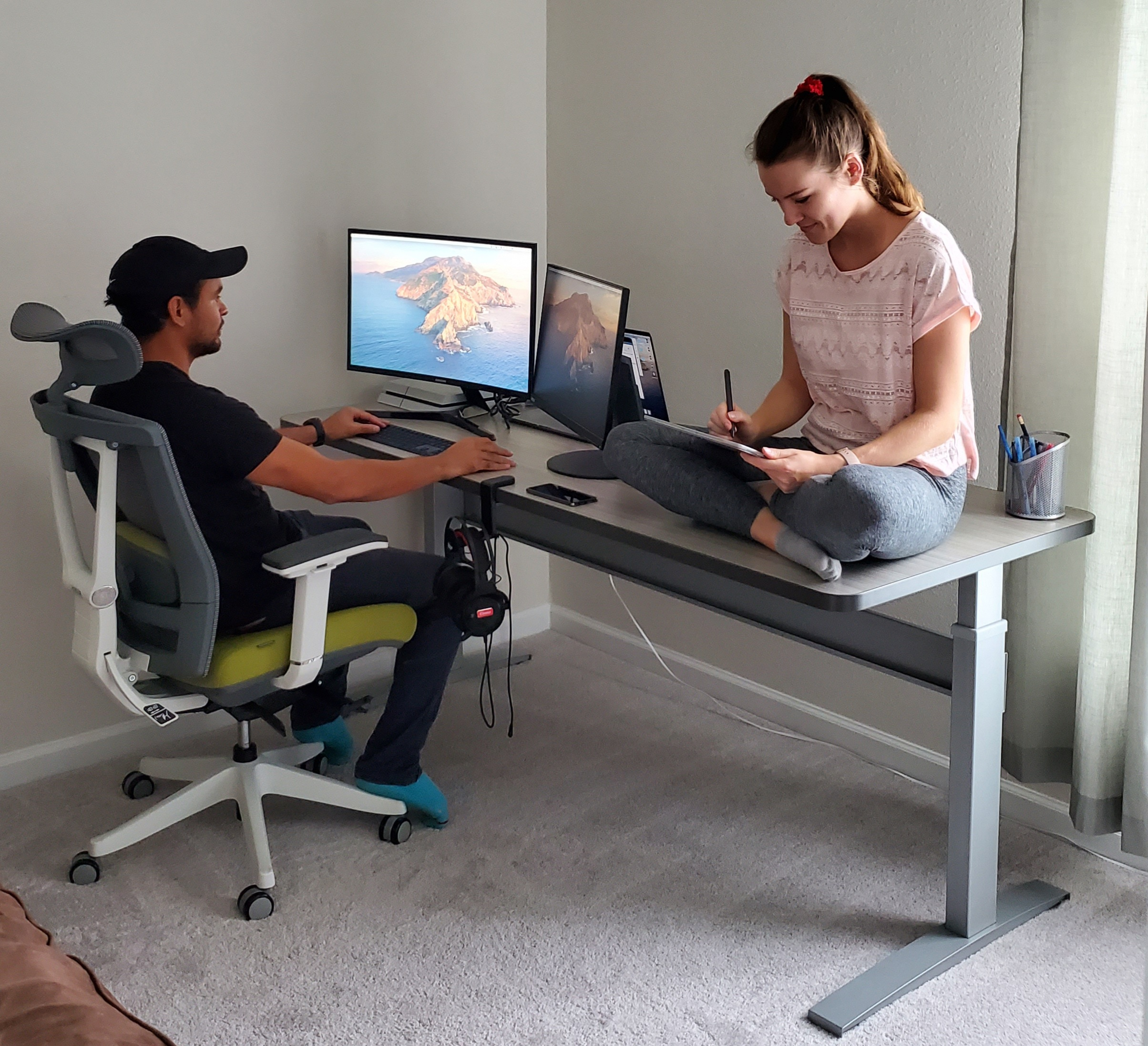 "30"" x 72"" Concrete Groovz Laminate Top with Silver VertDesk Adjustable Desk Frame"